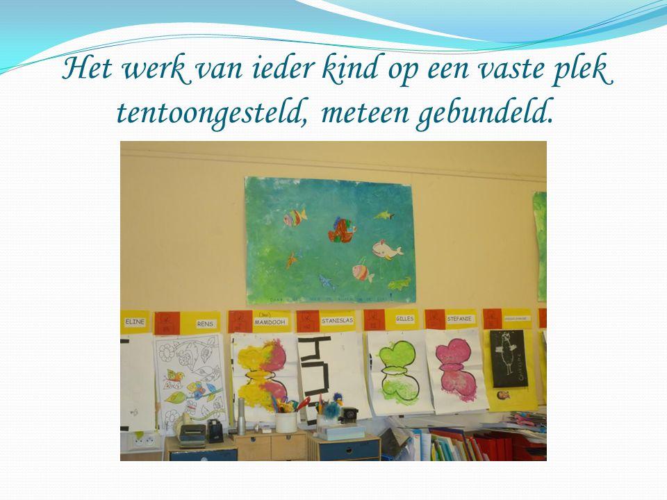 Het werk van ieder kind op een vaste plek tentoongesteld, meteen gebundeld.