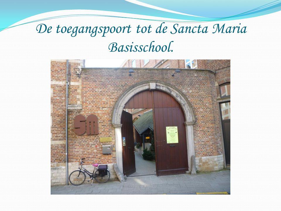 De toegangspoort tot de Sancta Maria Basisschool.