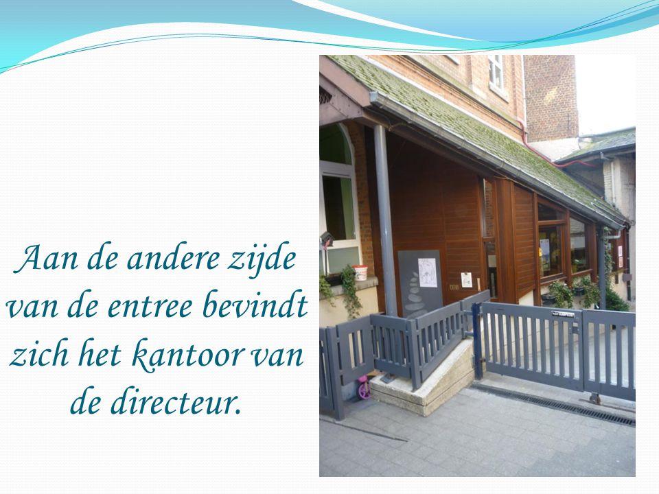 Aan de andere zijde van de entree bevindt zich het kantoor van de directeur.