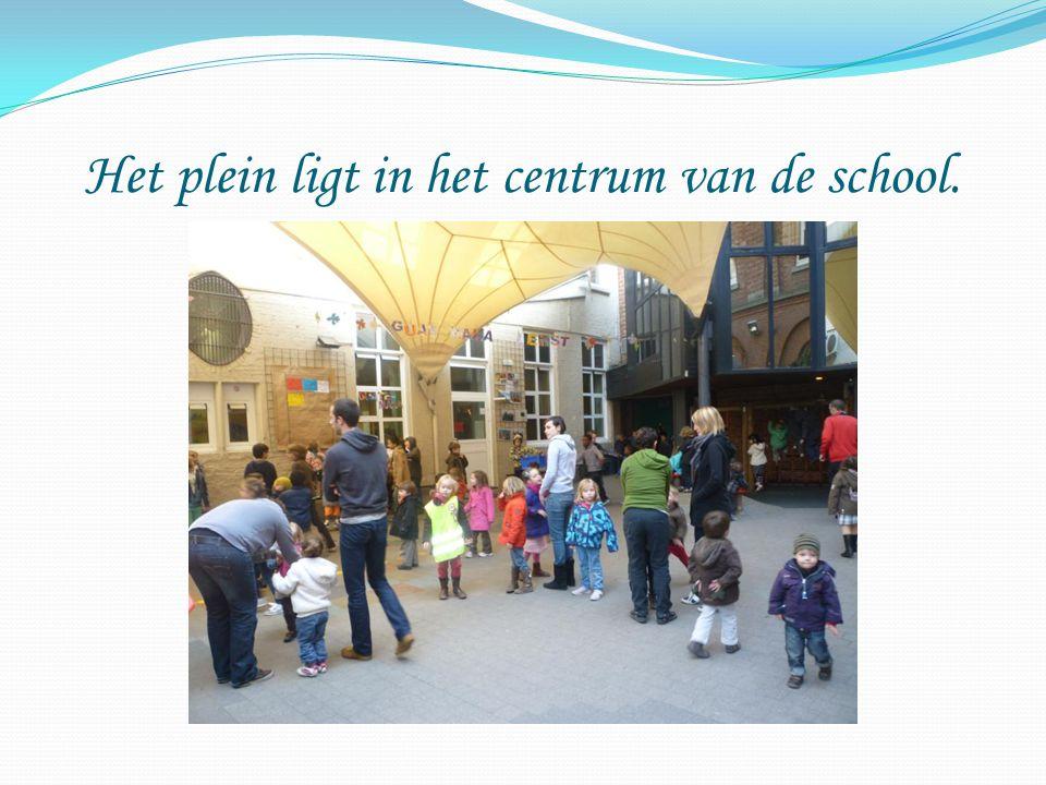 Het plein ligt in het centrum van de school.