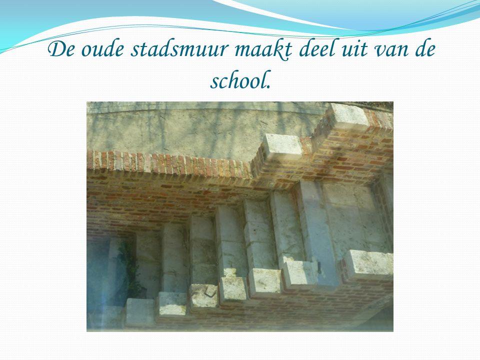 De oude stadsmuur maakt deel uit van de school.