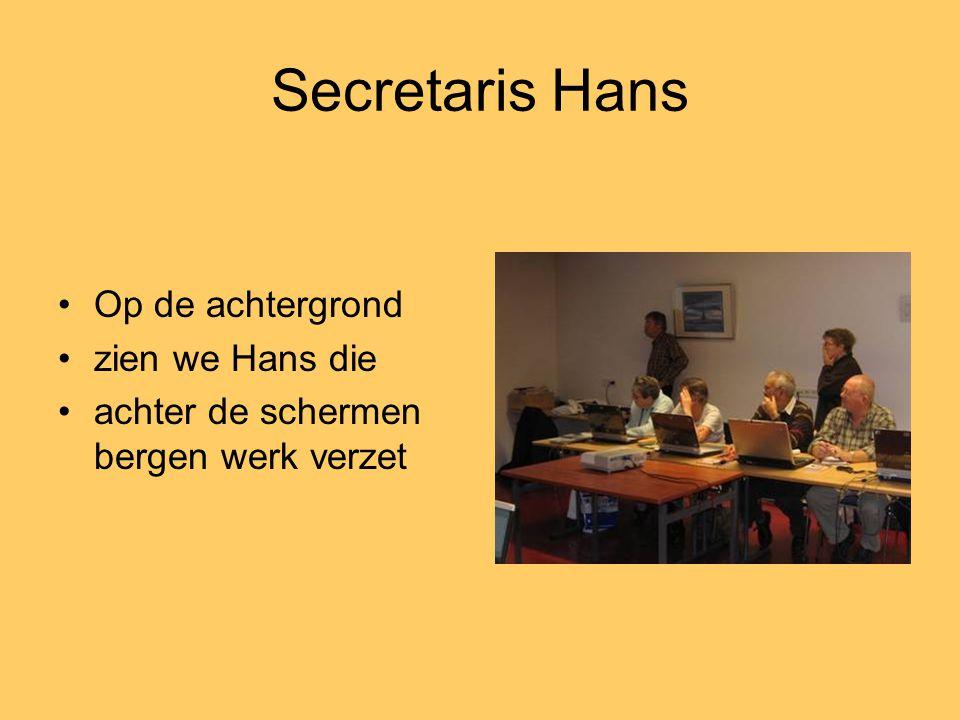 Secretaris Hans •Op de achtergrond •zien we Hans die •achter de schermen bergen werk verzet