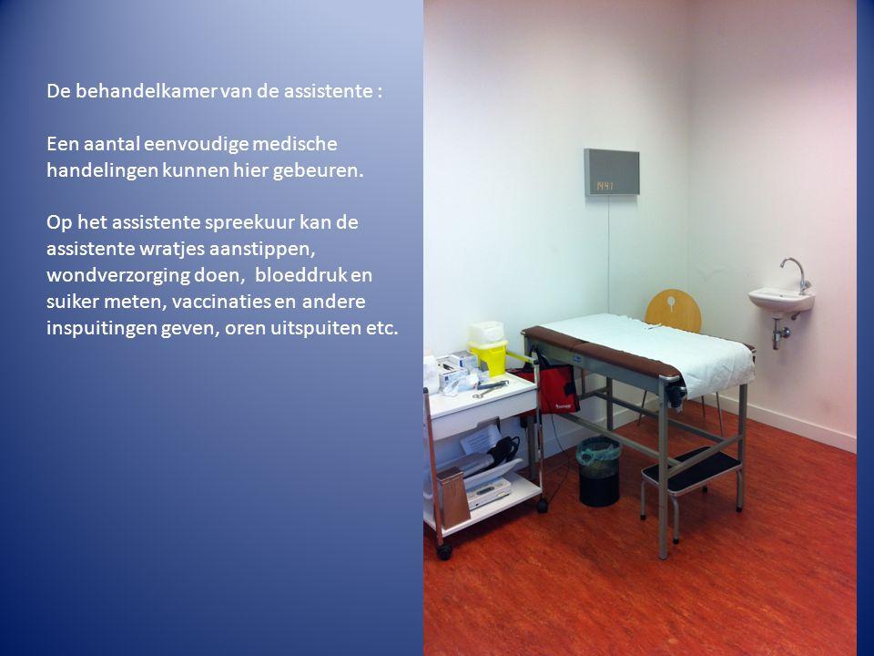 De behandelkamer van de assistente : Een aantal eenvoudige medische handelingen kunnen hier gebeuren.