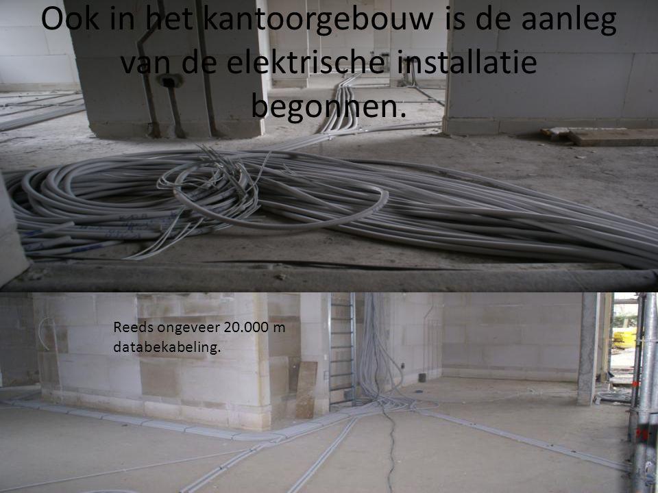 Ook in het kantoorgebouw is de aanleg van de elektrische installatie begonnen. Reeds ongeveer 20.000 m databekabeling.
