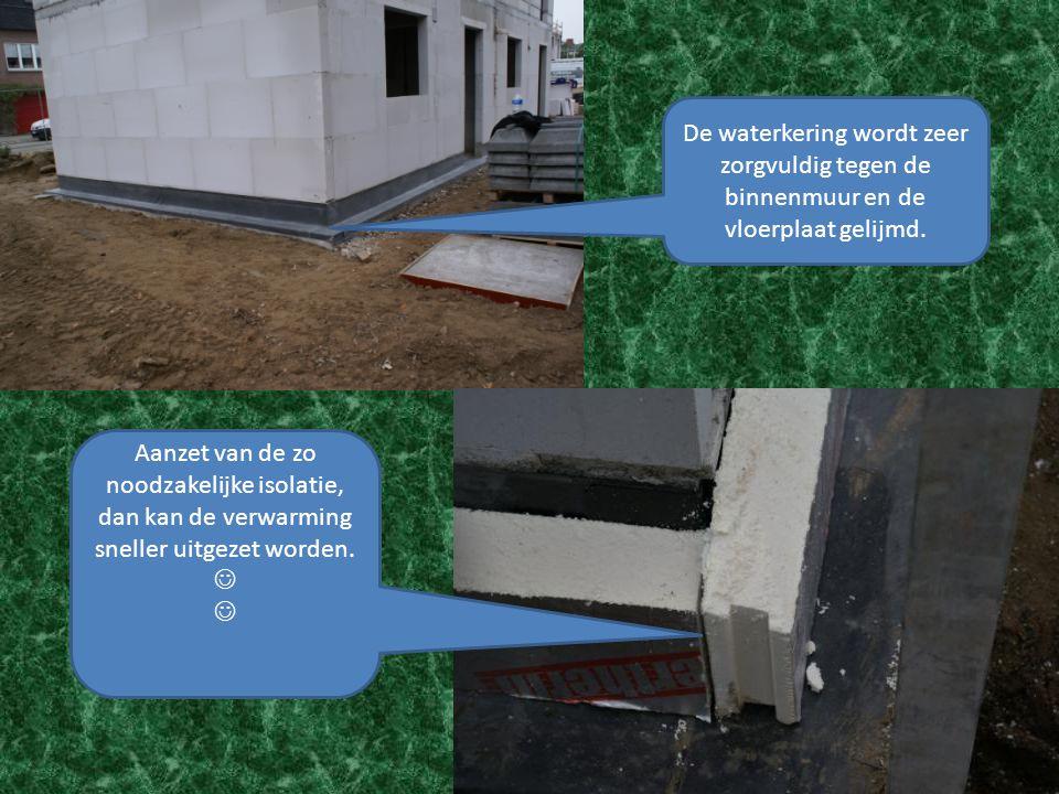 De waterkering wordt zeer zorgvuldig tegen de binnenmuur en de vloerplaat gelijmd. Aanzet van de zo noodzakelijke isolatie, dan kan de verwarming snel