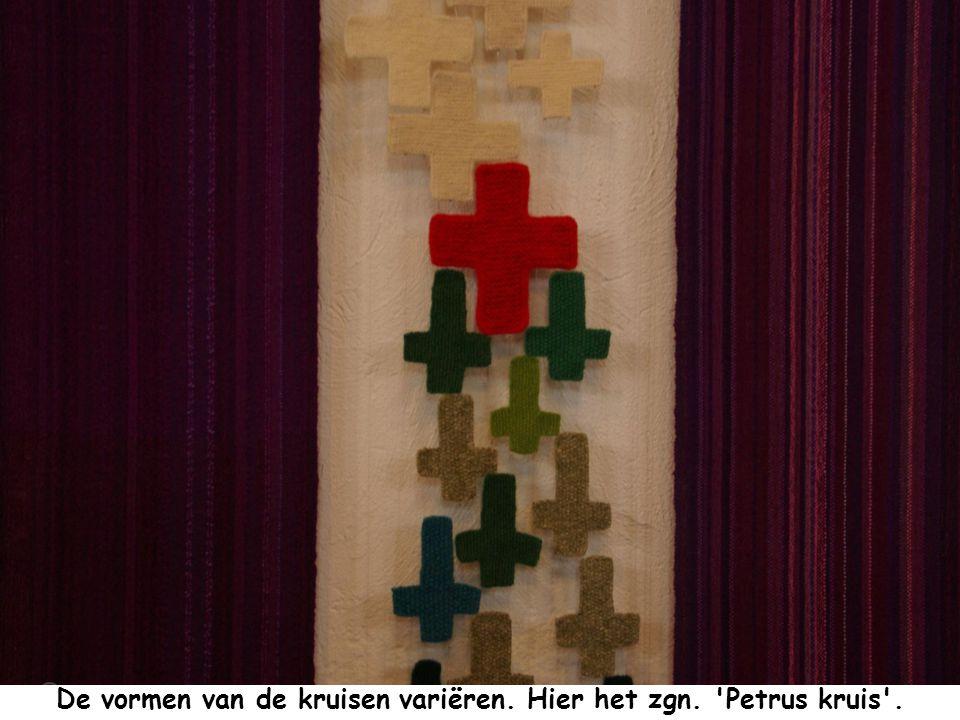 De vormen van de kruisen variëren. Hier het zgn. Petrus kruis .
