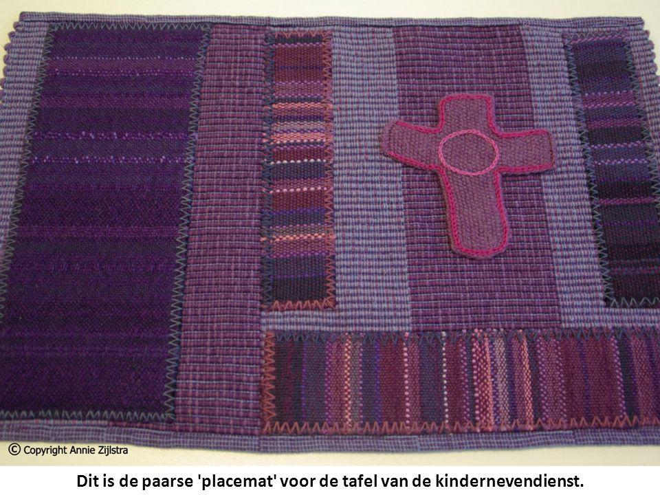 Dit is de paarse placemat voor de tafel van de kindernevendienst.