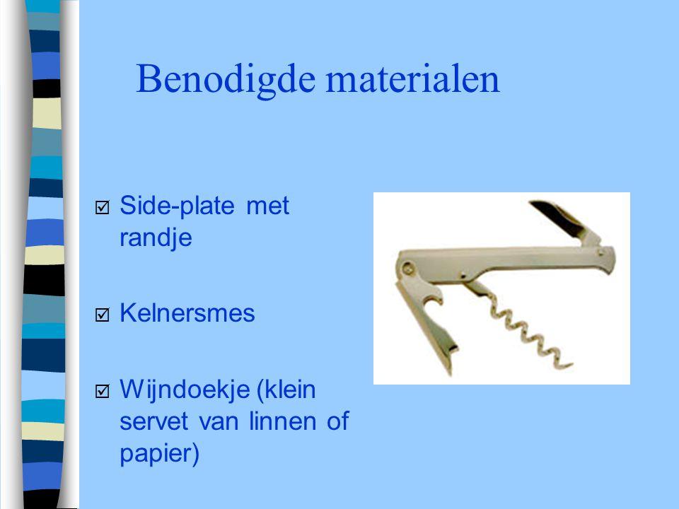Benodigde materialen þ Side-plate met randje þ Kelnersmes þ Wijndoekje (klein servet van linnen of papier)