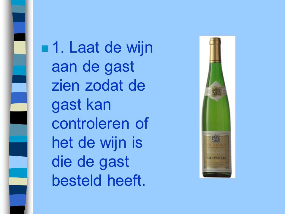 n 1. Laat de wijn aan de gast zien zodat de gast kan controleren of het de wijn is die de gast besteld heeft.