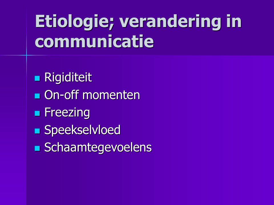 Etiologie; verandering in communicatie  Rigiditeit  On-off momenten  Freezing  Speekselvloed  Schaamtegevoelens