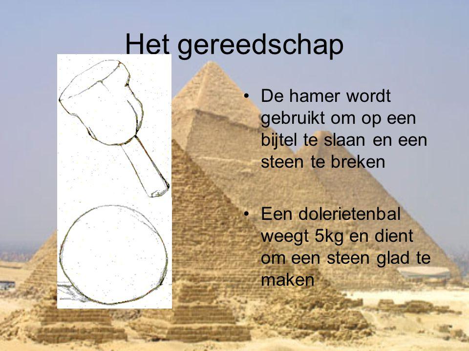 Het gereedschap •De hamer wordt gebruikt om op een bijtel te slaan en een steen te breken •Een dolerietenbal weegt 5kg en dient om een steen glad te m