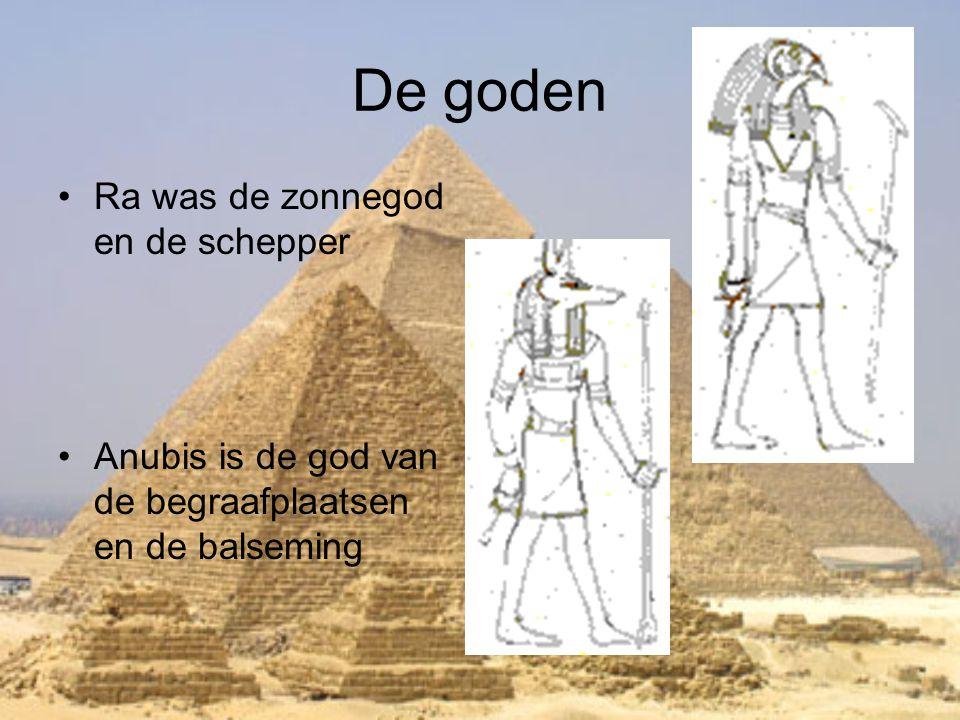 De goden •Ra was de zonnegod en de schepper •Anubis is de god van de begraafplaatsen en de balseming