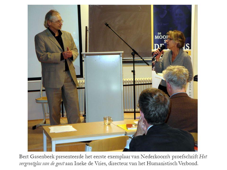 Bert Gasenbeek presenteerde het eerste exemplaar van Nederkoorn's proefschrift Het vergrootglas van de geest aan Ineke de Vries, directeur van het Humanistisch Verbond.