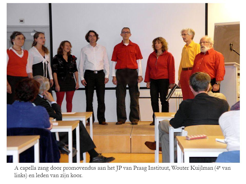 A capella zang door promovendus aan het JP van Praag Instituut, Wouter Kuijlman (4 e van links) en leden van zijn koor.