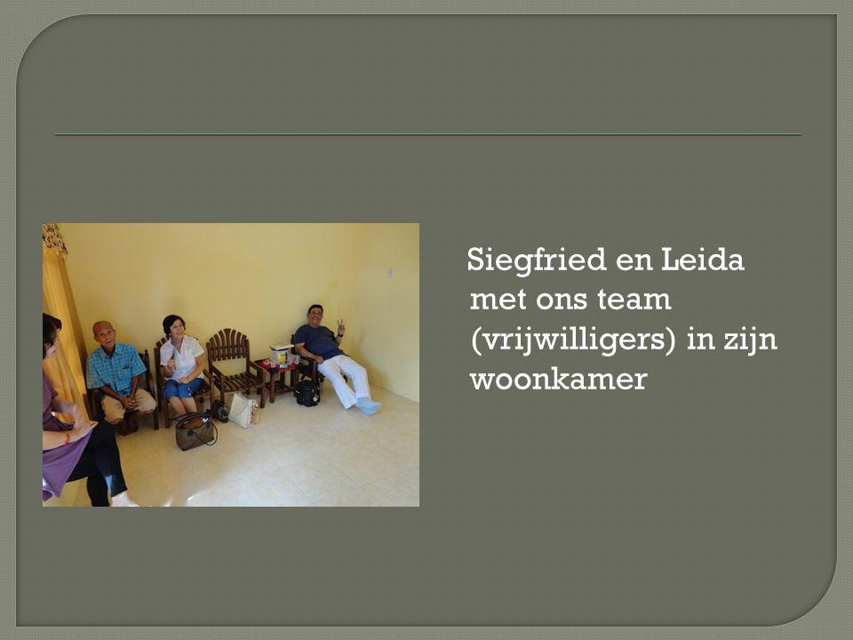 Siegfried en Leida met ons team (vrijwilligers) in zijn woonkamer