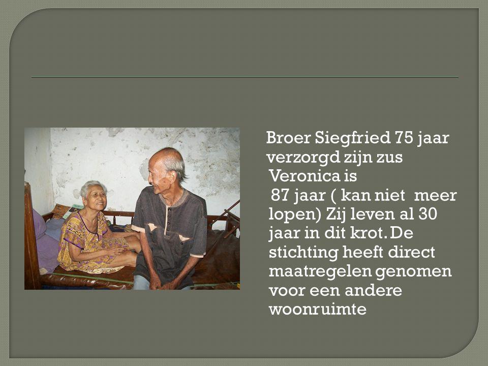 Broer Siegfried 75 jaar verzorgd zijn zus Veronica is 87 jaar ( kan niet meer lopen) Zij leven al 30 jaar in dit krot. De stichting heeft direct maatr