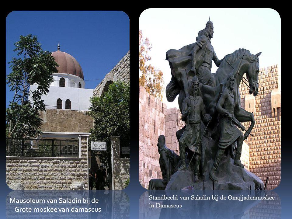 Standbeeld van Saladin bij de Omajjadenmoskee in Damascus Mausoleum van Saladin bij de Grote moskee van damascus