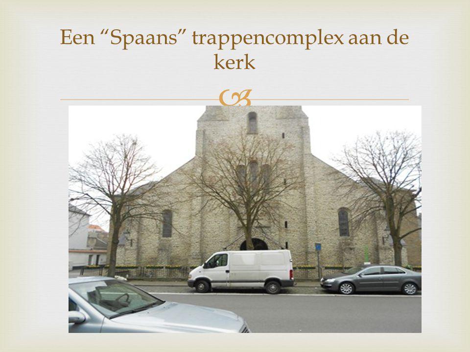 """ Een """"Spaans"""" trappencomplex aan de kerk"""