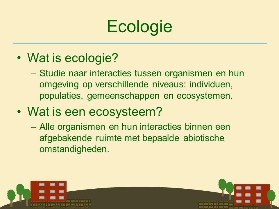 Ecologie •Wat is ecologie? –Studie naar interacties tussen organismen en hun omgeving op verschillende niveaus: individuen, populaties, gemeenschappen