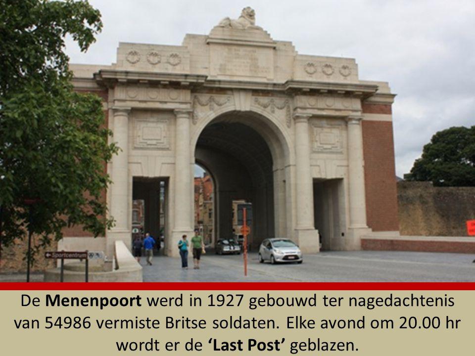 De Hangbrug vanaf de vesting naar de voormalige vesting 'Hoornwerk van Antwerpen' en de Leopold III-laan. Een tafereel uit 'Reynaert de Vos' beeldt de