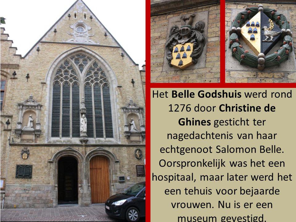 Net voor je Ieper via de Rijselpoort verlaat, staat de replica van een in 1914 vernield middeleeuws Houten Huis uit 1575.