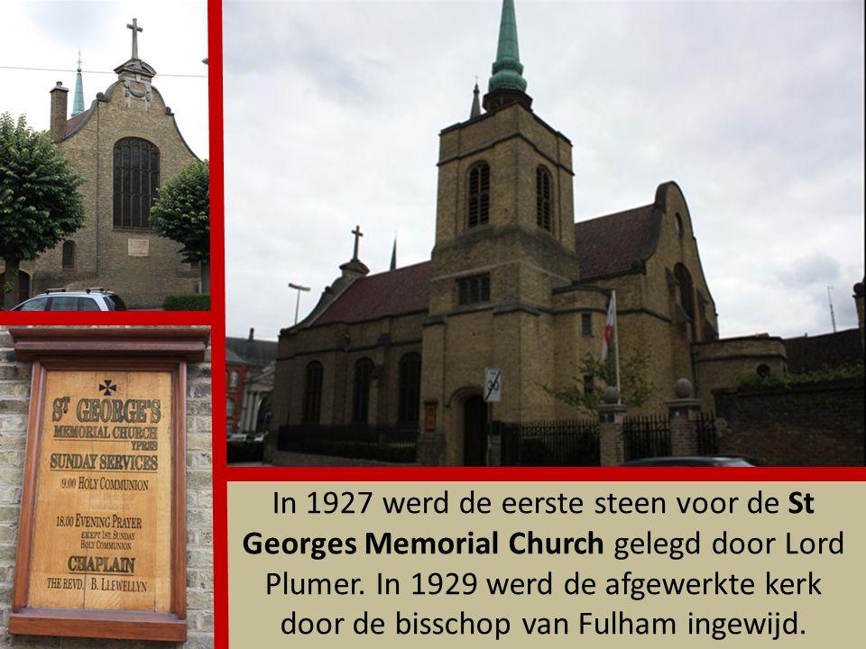 In de Sacrakapel bevinden zich ondermeer de grafstenen van Robrecht van Bethune en van de bisschoppen Jansenius en Martinus van Riethoven (eerste bisschop van Ieper).