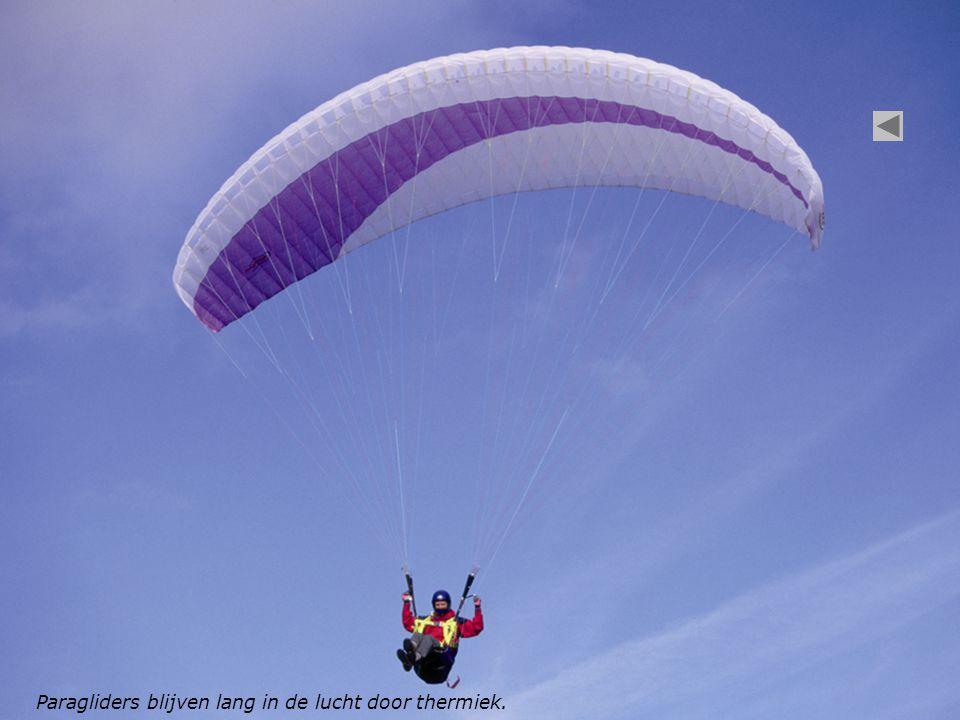 Paragliders blijven lang in de lucht door thermiek.