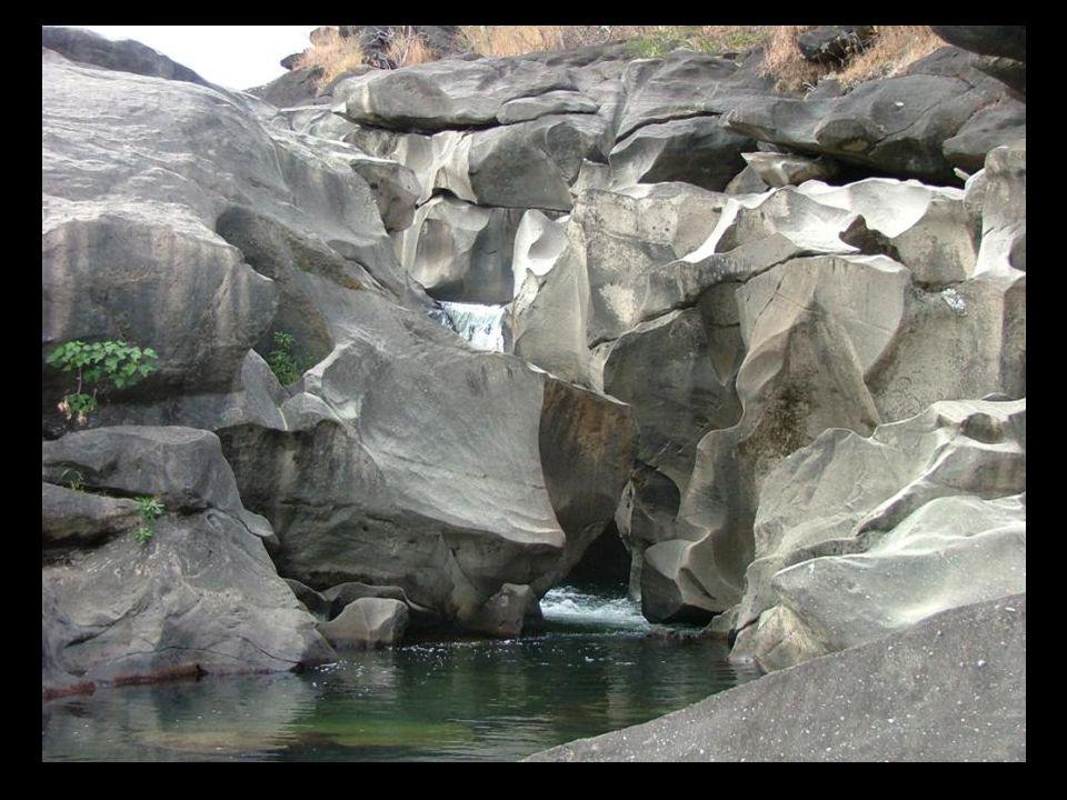 De vallei van de maan is een geërodeerde rotsformatie met natuurlijke zwembaden. Ze ligt aan een rivier in het gesloten Braziliaanse woud. De rotsform