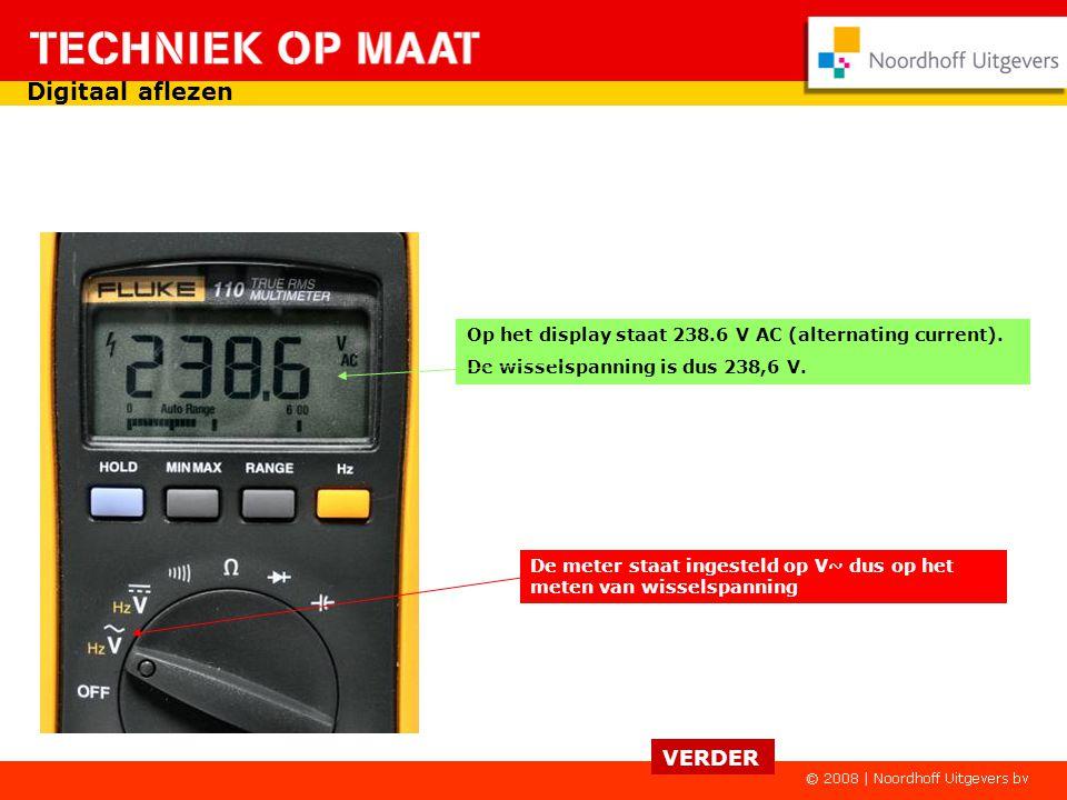De meter staat ingesteld op V dus op het meten van gelijkspanning Op het display staat 62.55 V DC de gelijkspanning is dus 62,55 V. VERDER Digitaal af