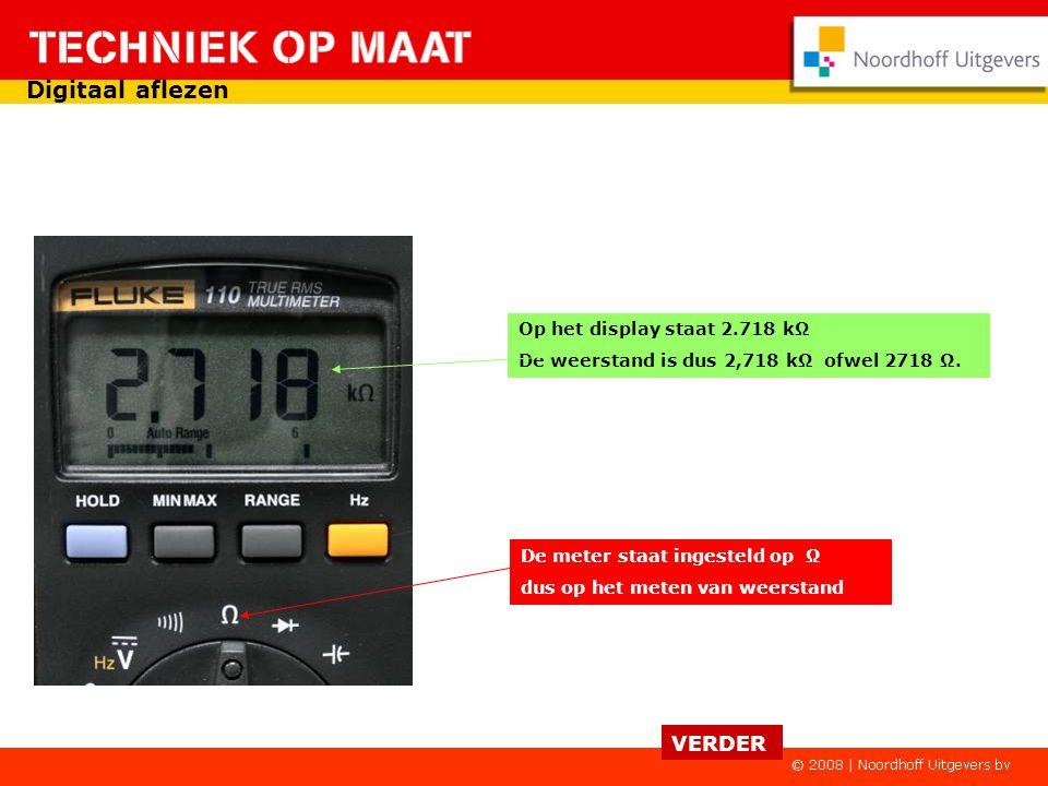 De meter staat ingesteld op V~ dus op het meten van wisselspanning Op het display staat 238.6 V AC (alternating current). De wisselspanning is dus 238
