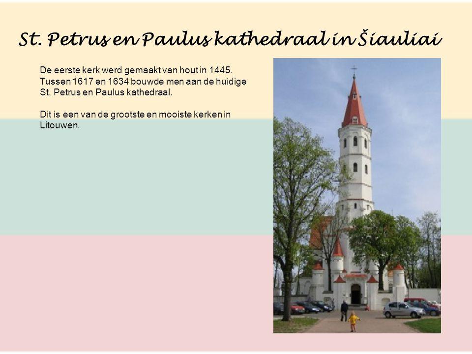 St. Petrus en Paulus kathedraal in Šiauliai De eerste kerk werd gemaakt van hout in 1445. Tussen 1617 en 1634 bouwde men aan de huidige St. Petrus en