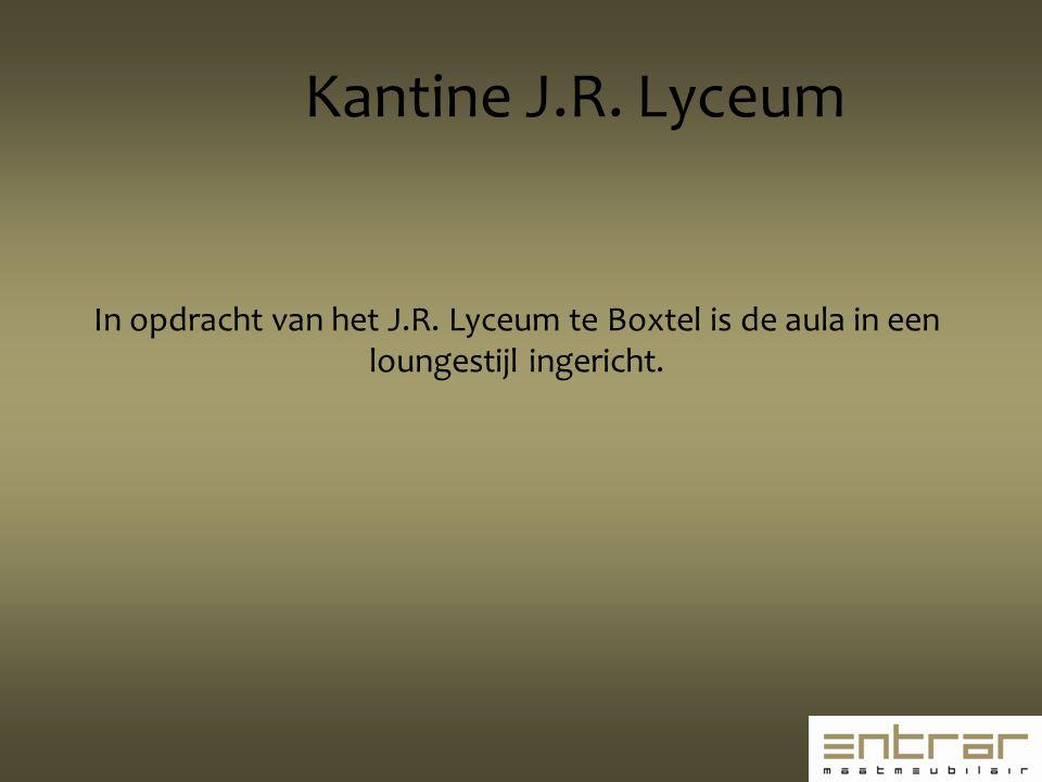 In opdracht van het J.R. Lyceum te Boxtel is de aula in een loungestijl ingericht. Kantine J.R. Lyceum