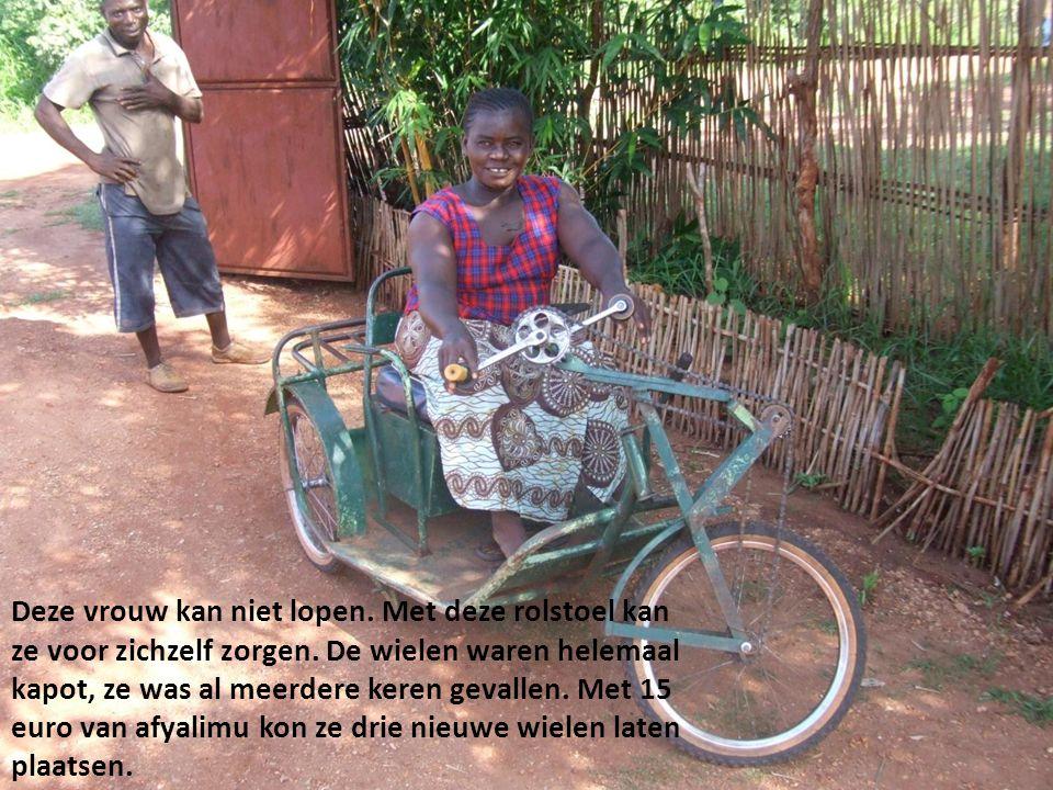 Deze vrouw kan niet lopen. Met deze rolstoel kan ze voor zichzelf zorgen. De wielen waren helemaal kapot, ze was al meerdere keren gevallen. Met 15 eu