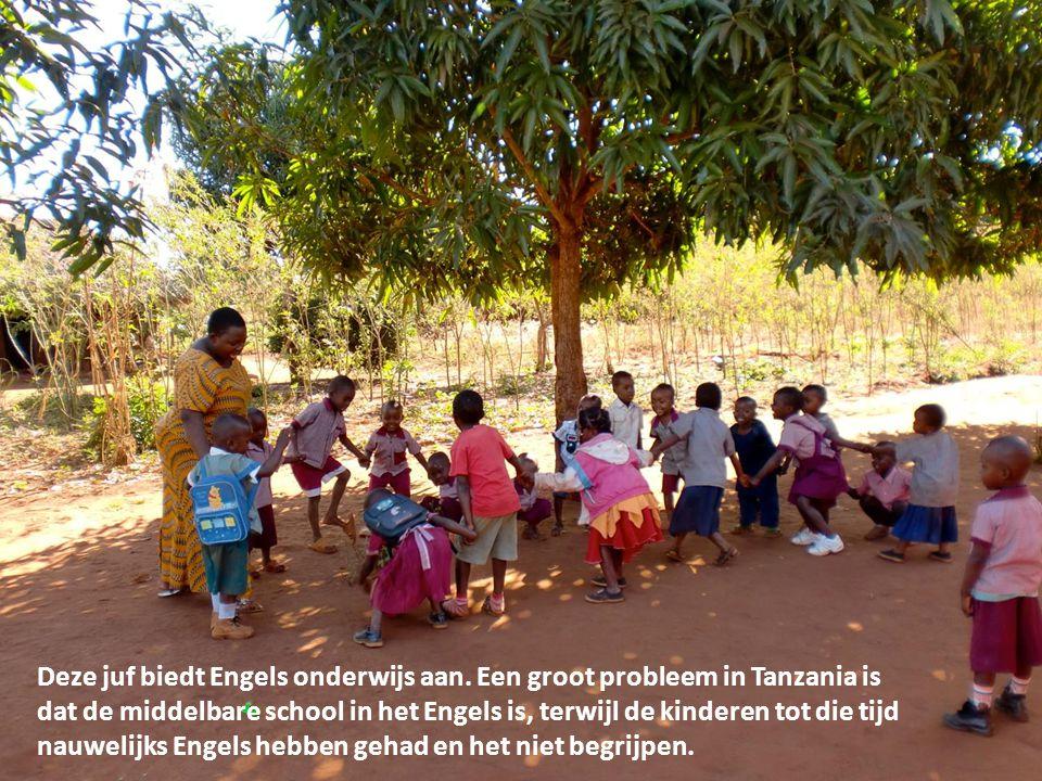 Deze juf biedt Engels onderwijs aan. Een groot probleem in Tanzania is dat de middelbare school in het Engels is, terwijl de kinderen tot die tijd nau