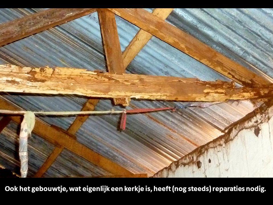 Ook het gebouwtje, wat eigenlijk een kerkje is, heeft (nog steeds) reparaties nodig.