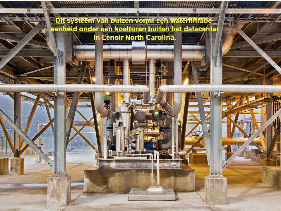 Dit systeem van buizen vormt een waterfiltratie- eenheid onder een koeltoren buiten het datacenter in Lenoir North Carolina.