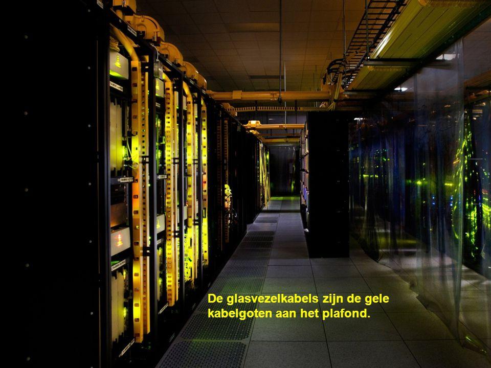 De LED-lampjes op de serverapparatuur zijn zeer efficiënt, duurzaam en licht.