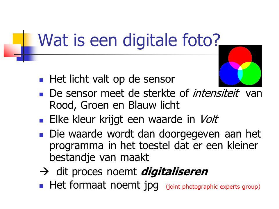 Wat is een digitale foto?  Het licht valt op de sensor  De sensor meet de sterkte of intensiteit van Rood, Groen en Blauw licht  Elke kleur krijgt