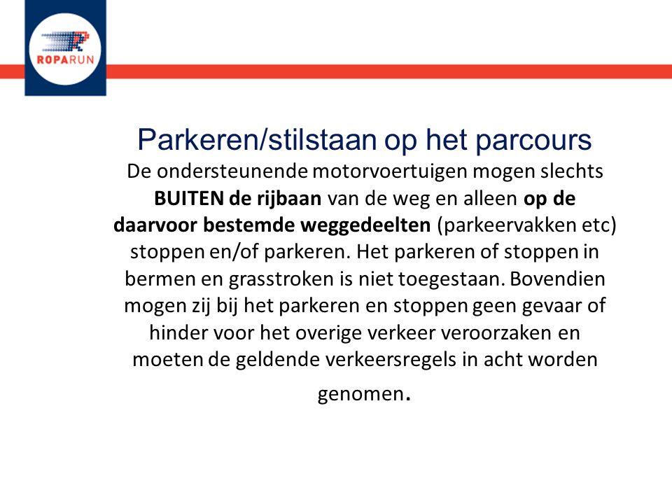 Parkeren/stilstaan op het parcours De ondersteunende motorvoertuigen mogen slechts BUITEN de rijbaan van de weg en alleen op de daarvoor bestemde wegg