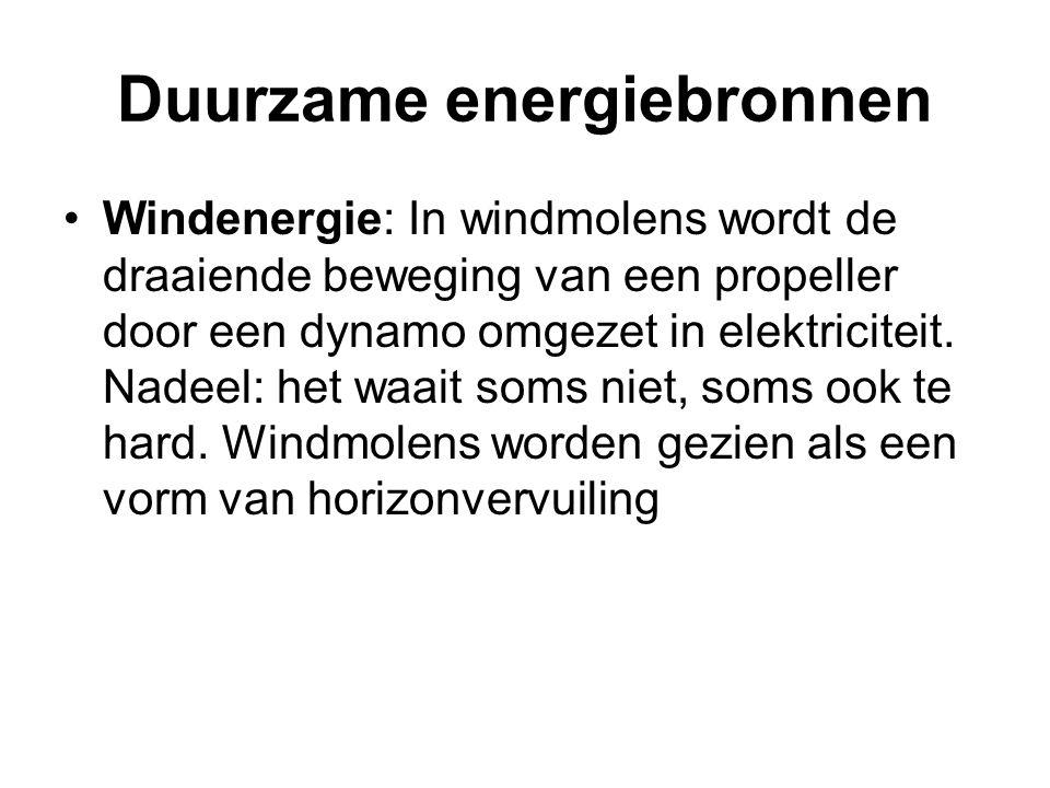 •Windenergie: In windmolens wordt de draaiende beweging van een propeller door een dynamo omgezet in elektriciteit. Nadeel: het waait soms niet, soms