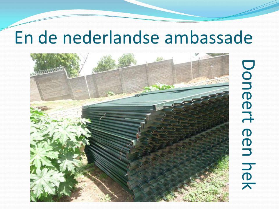 En de nederlandse ambassade Doneert een hek