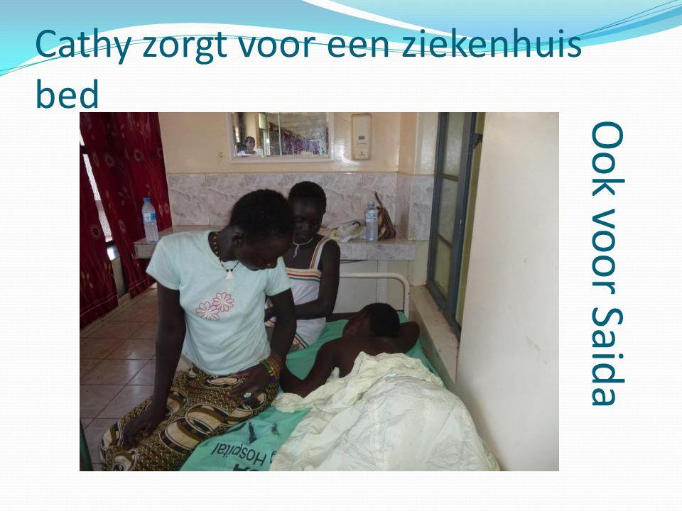 Cathy zorgt voor een ziekenhuis bed Ook voor Saida