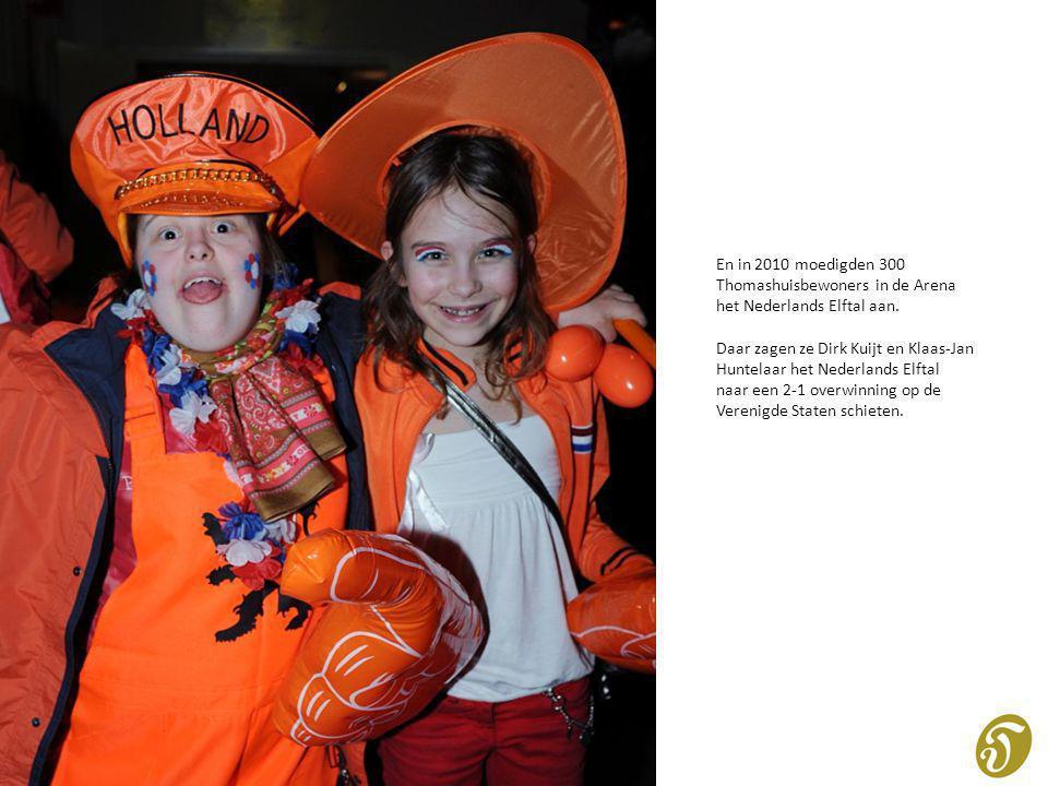 En in 2010 moedigden 300 Thomashuisbewoners in de Arena het Nederlands Elftal aan. Daar zagen ze Dirk Kuijt en Klaas-Jan Huntelaar het Nederlands Elft