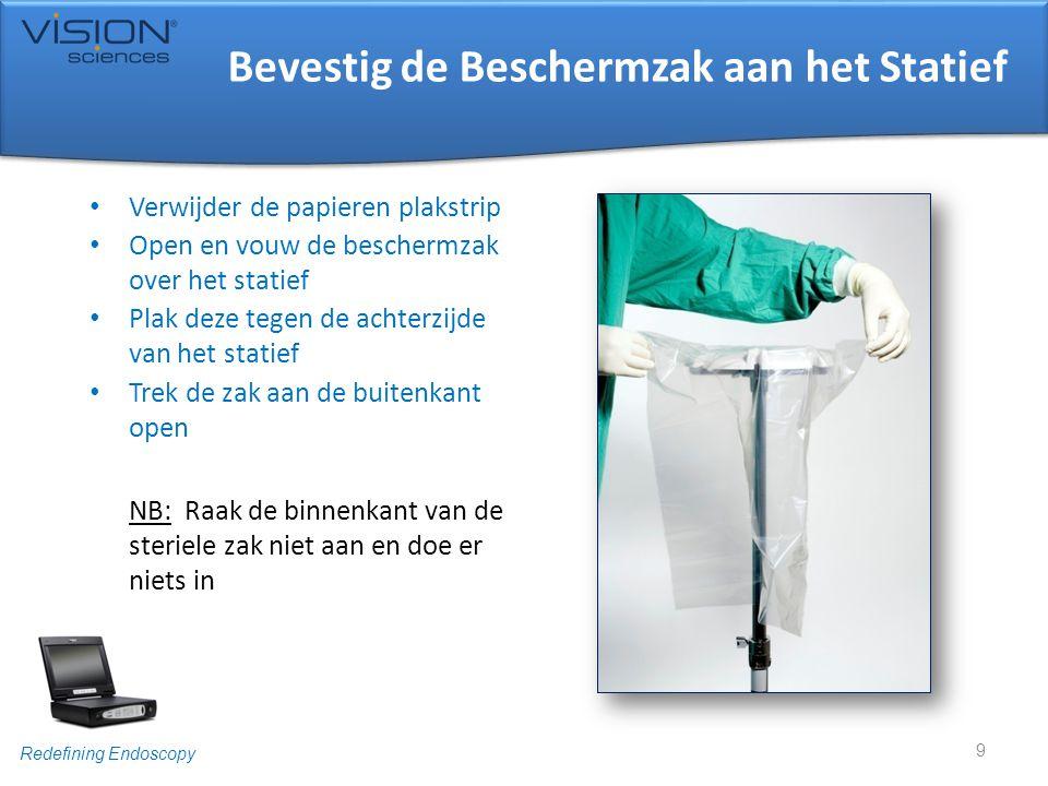 Redefining Endoscopy Bevestig de Beschermzak aan het Statief • Verwijder de papieren plakstrip • Open en vouw de beschermzak over het statief • Plak d