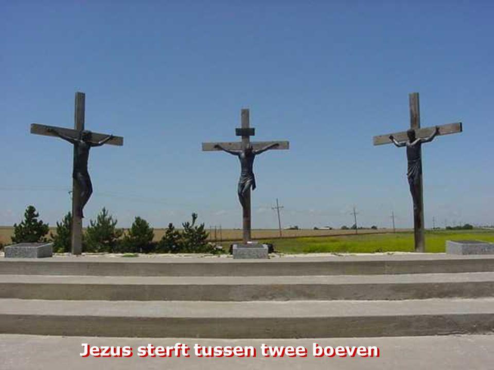 Jezus wordt aan het kruis genageld