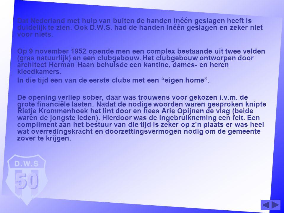 Dat Nederland met hulp van buiten de handen inéén geslagen heeft is duidelijk te zien. Ook D.W.S. had de handen inéén geslagen en zeker niet voor niet