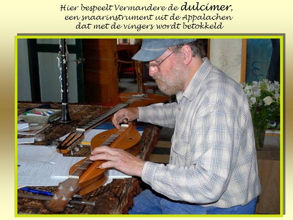 Hier bespeelt Vermandere de dulcimer, een snaarinstrument uit de Appalachen dat met de vingers wordt betokkeld