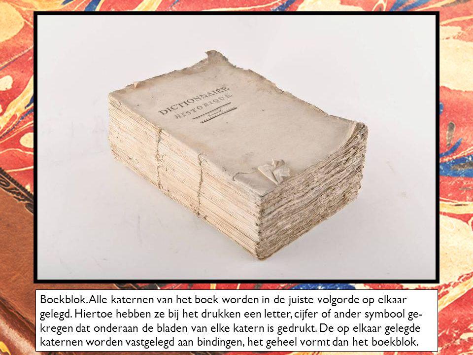 Boekblok. Alle katernen van het boek worden in de juiste volgorde op elkaar gelegd. Hiertoe hebben ze bij het drukken een letter, cijfer of ander symb