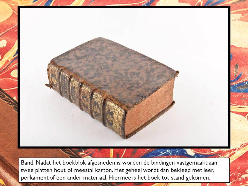 Band. Nadat het boekblok afgesneden is worden de bindingen vastgemaakt aan twee platten hout of meestal karton. Het geheel wordt dan bekleed met leer,