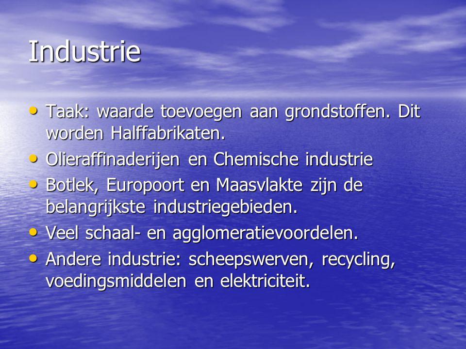 Industrie • Taak: waarde toevoegen aan grondstoffen. Dit worden Halffabrikaten. • Olieraffinaderijen en Chemische industrie • Botlek, Europoort en Maa